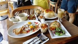 Breakfast at Harry's Boat Quay, why not?
